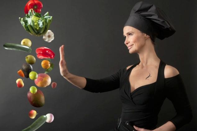 Marie-Sophie-L-De-comedienne-a-Raw-Chef